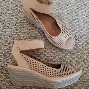 Clarks Size 6 Sand Tan Wedge Sandals
